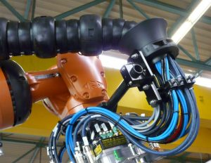 Jeśli nie peszel do kabli, to co? Czym prowadniki triflex® R różnią się od innych dresspack'ów  na robocie przemysłowym?