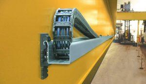 Read more about the article Zasilanie suwnicy – igus® guidefast® system. Kompaktowy system prowadzenia przewodów na suwnicy na hali wygląda właśnie tak…